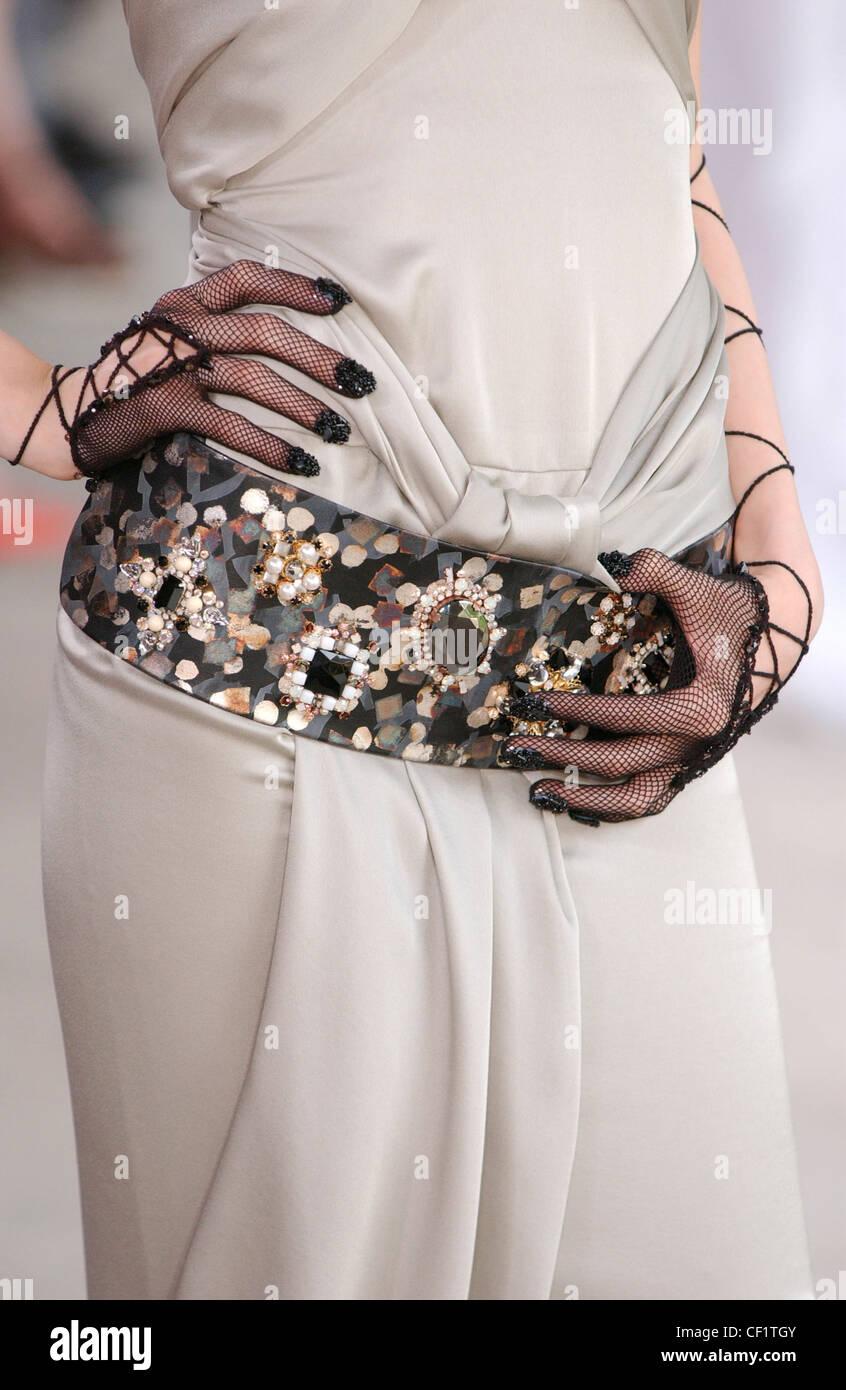 Chanel Haute Couture Paris automne hiver défilé Portrait mannequin portant  robe de soie beige et noir 502acae08f1