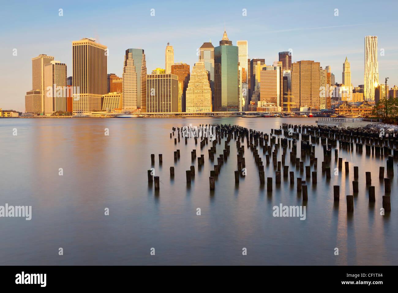 États-unis d'Amérique, New York, Dusk voir des gratte-ciel de Manhattan de la Brooklyn Heights quartier. Photo Stock