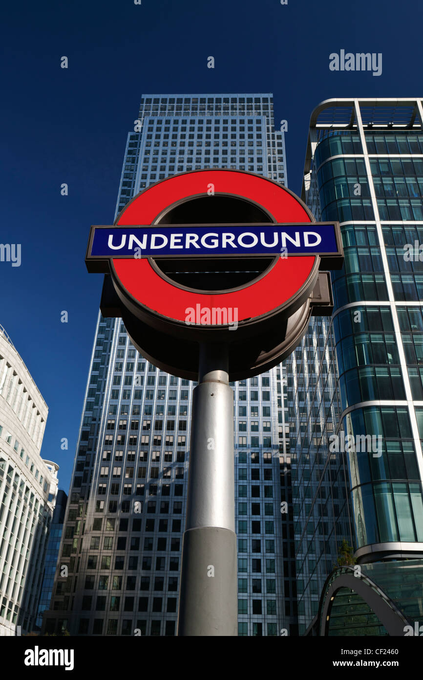 London Underground sign et One Canada Square, le deuxième plus haut édifice de l'UK. Photo Stock