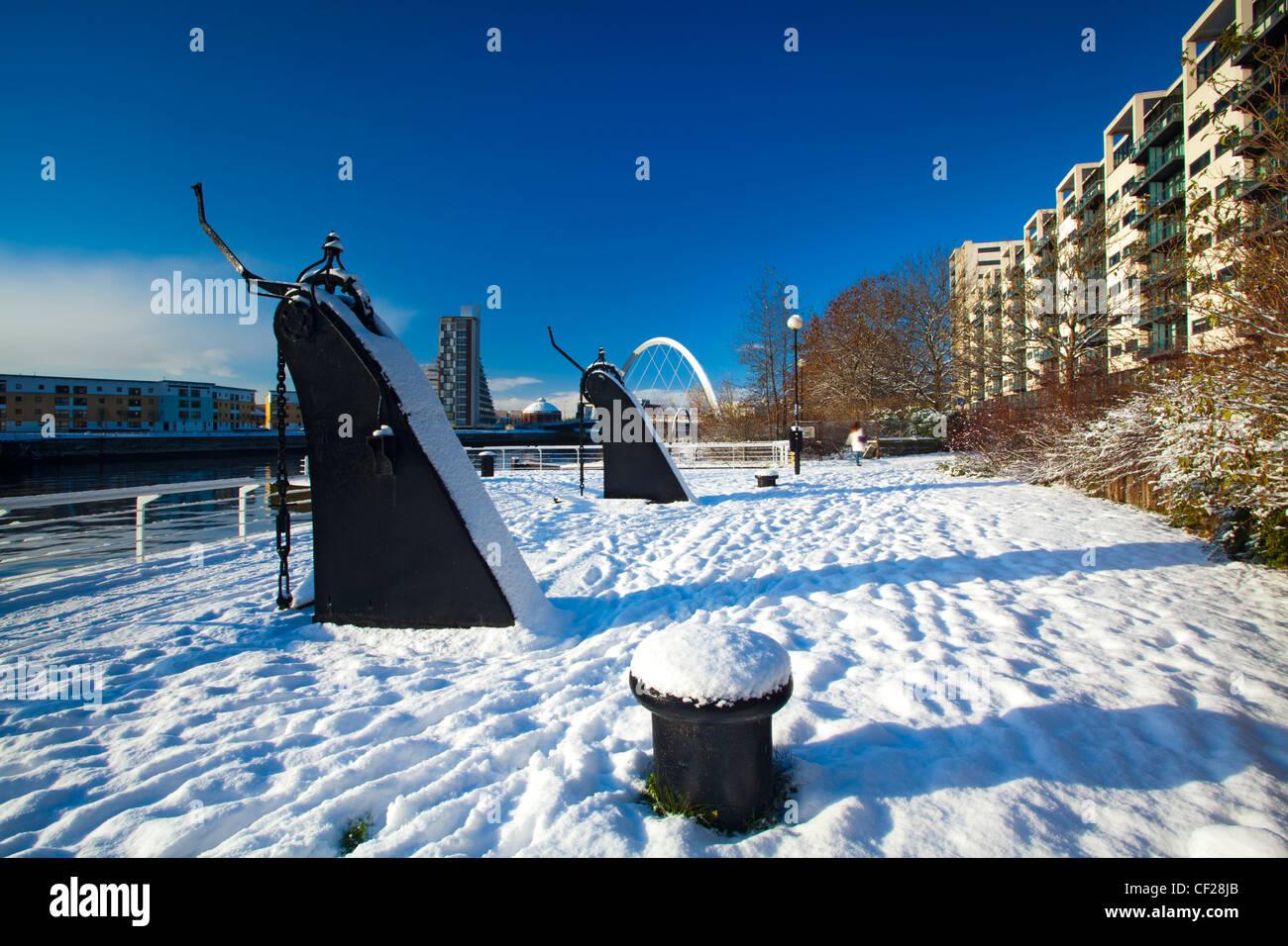 Vue sur le réaménagement de Quayside Clyde salon recouvert de neige vers Glasgow Clyde Arc, plus communément connu sous le nom de la S Banque D'Images