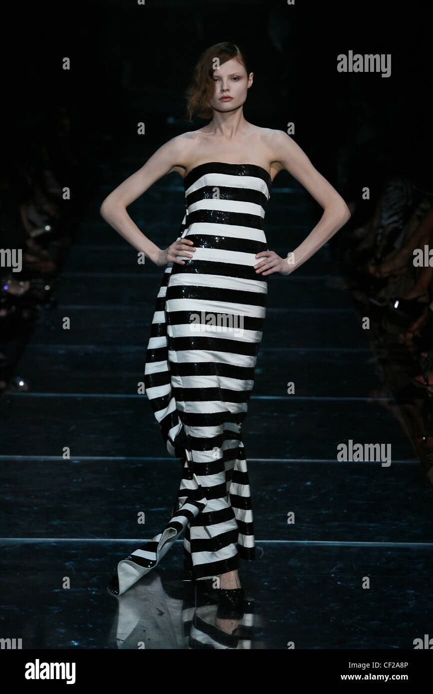Privé Armani Couture Automne Un Paris Modèle Hiver Portant Haute De pzSVUqM
