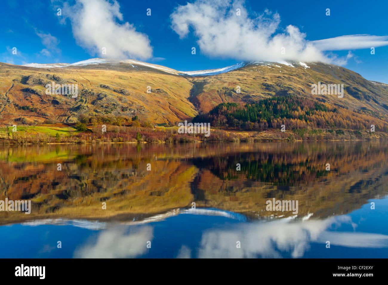 Lakeland hills encore réfléchi sur le visage de l'Thirlmere réservoir dans le Parc National de Photo Stock