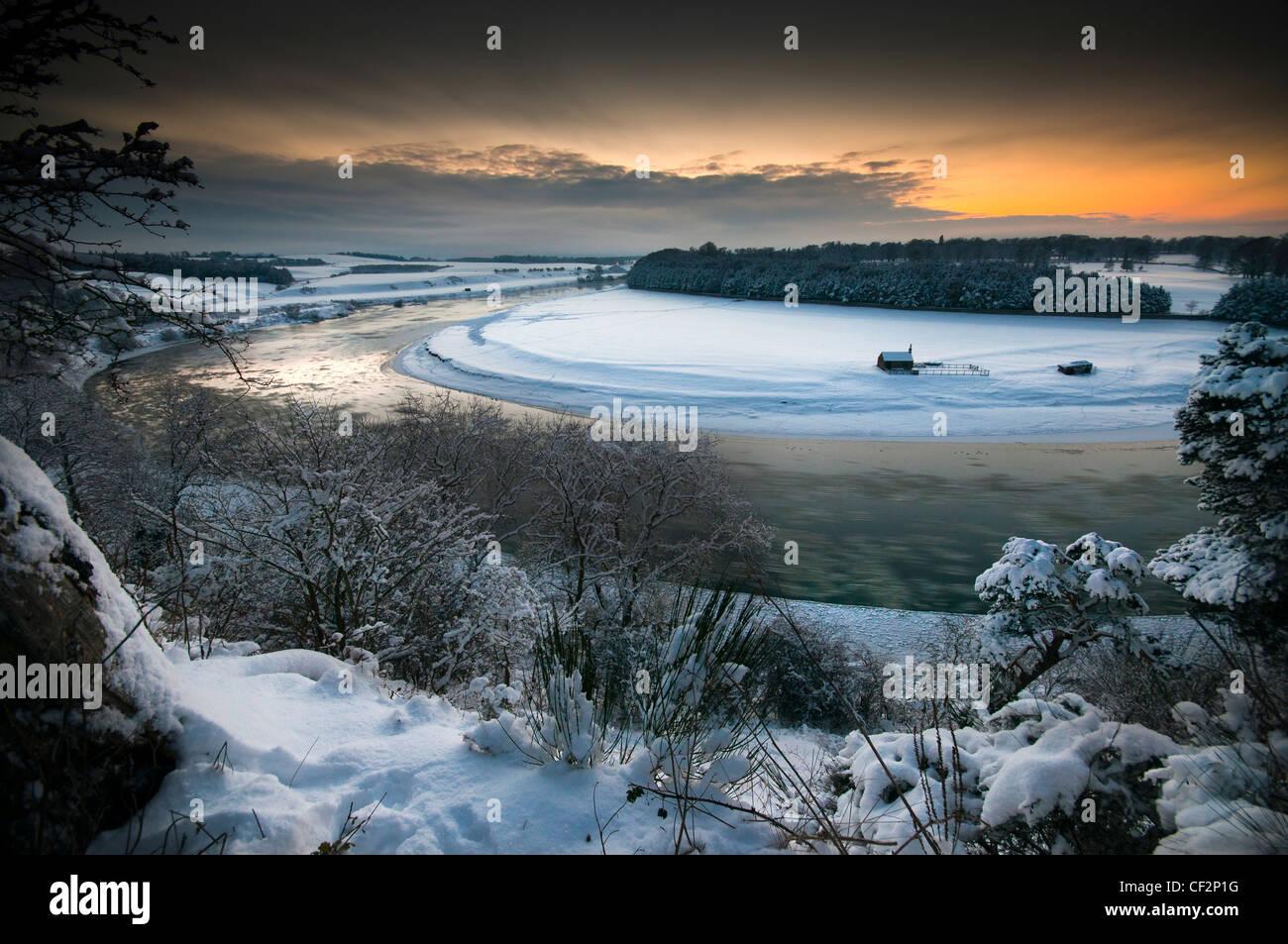 La rivière Tweed à Norham Ladykirk et à la recherche de l'autre côté de la frontière Photo Stock