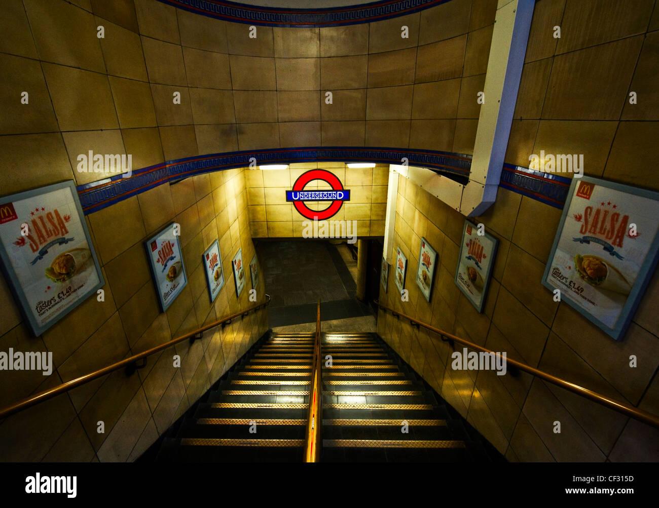 Étapes menant jusqu'à une station de métro de Londres. Photo Stock