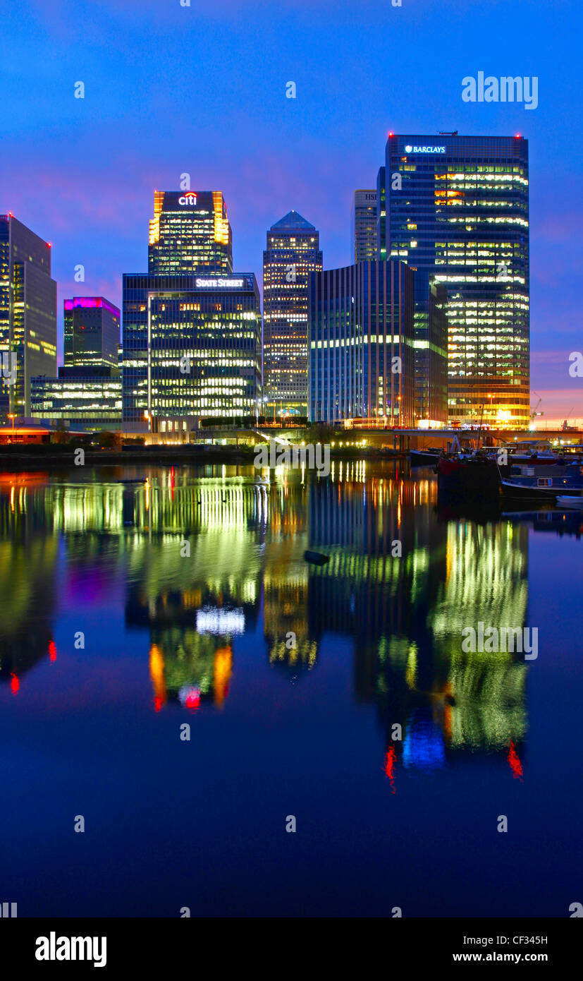 Les lumières des gratte-ciel à Canary Wharf reflétée dans le bassin de Blackwall la nuit. Banque D'Images