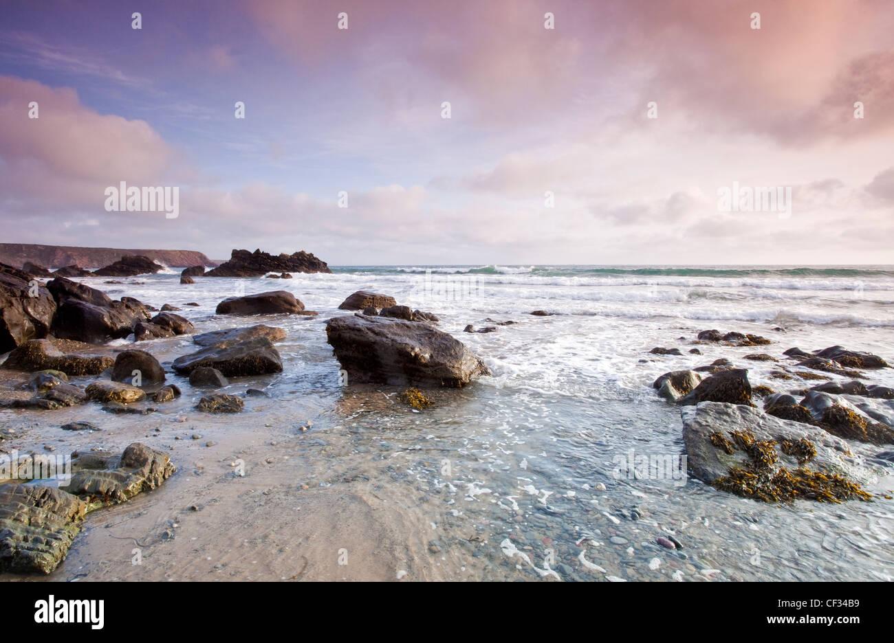 Vue sur la mer d'Irlande, et parsemé de roches au littoral du Pembrokeshire Manorbier (National Trust) Photo Stock