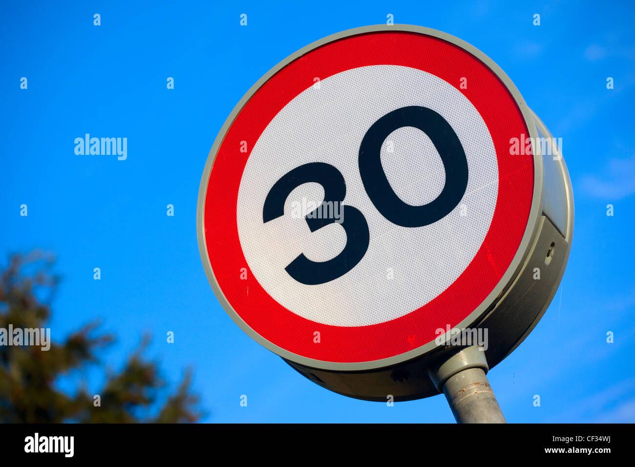 A 30 miles par heure (mph) Restrictions de vitesse signe. Photo Stock