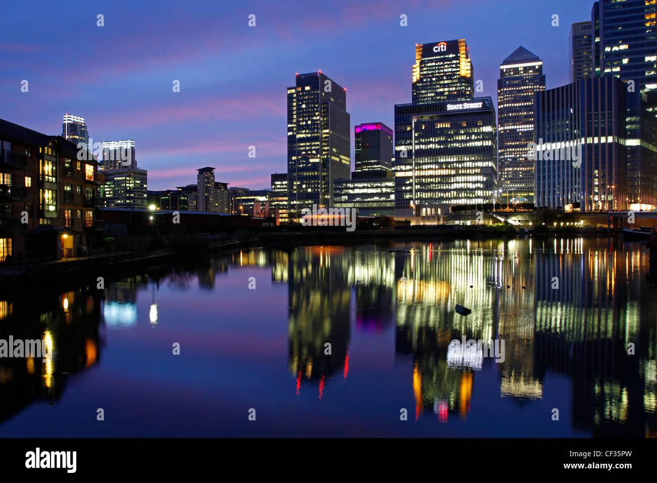 Gratte-ciel à Canary Wharf allumé au crépuscule. Banque D'Images