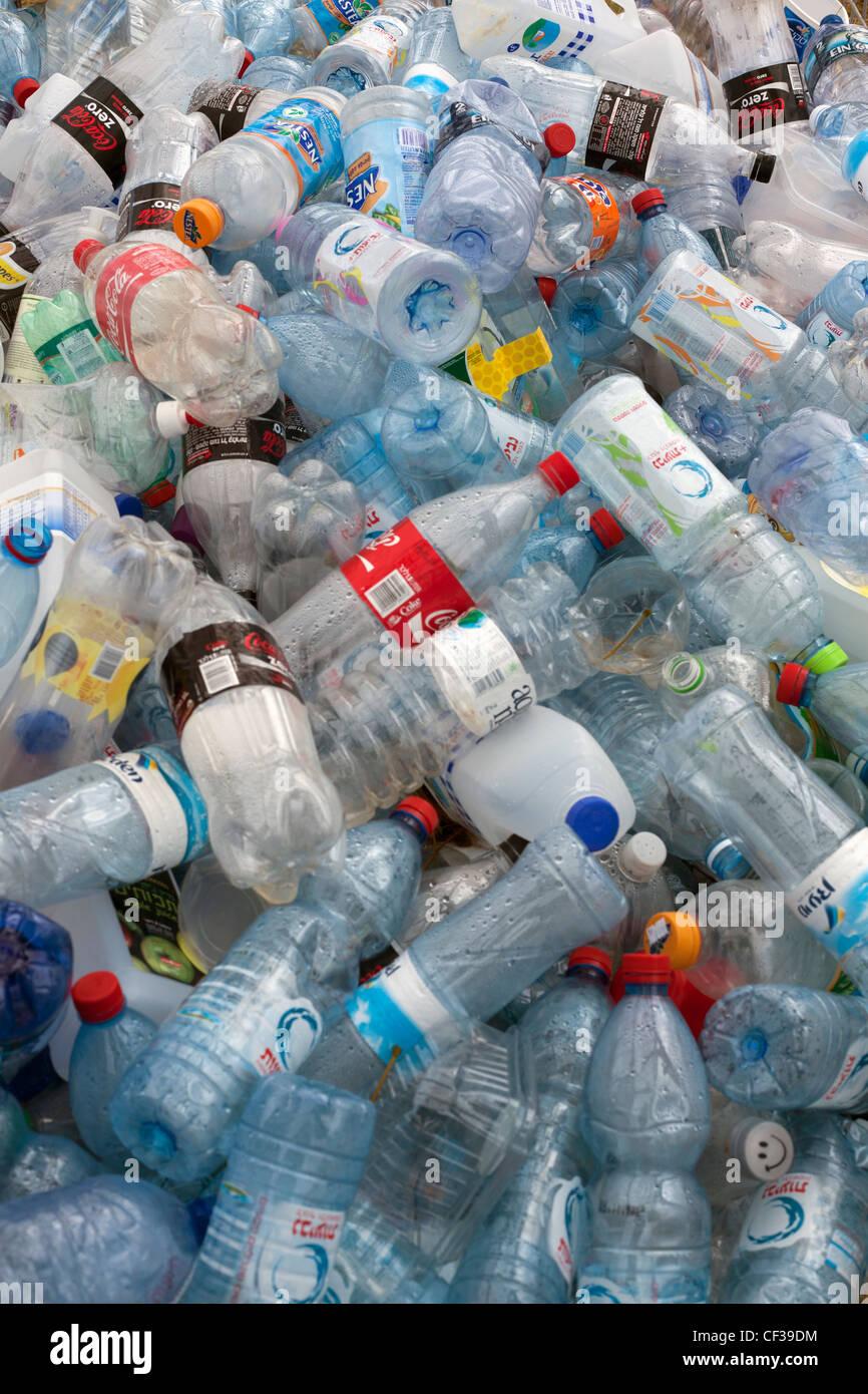Les bouteilles en plastique dans une corbeille Photo Stock
