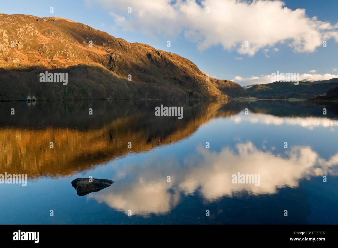 Le ciel reflète dans Llyn Dinas lac dans la vallée de Nant Gwynant. Photo Stock