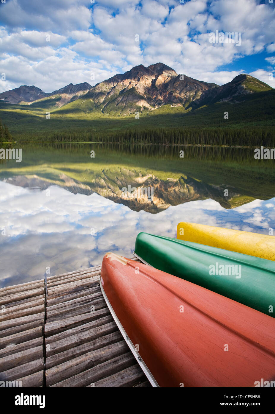 Trois canots sur dock à Pyramid Lake, Jasper National Park, Alberta, Canada. Photo Stock