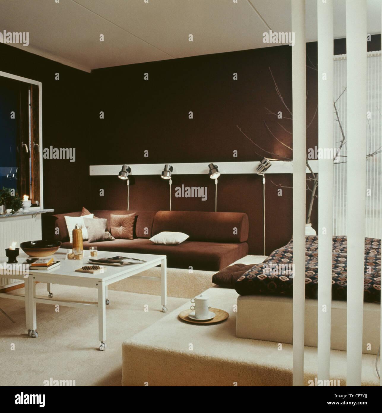 Vraies maisons:salon murs marron et crème des tapis, les zones ...