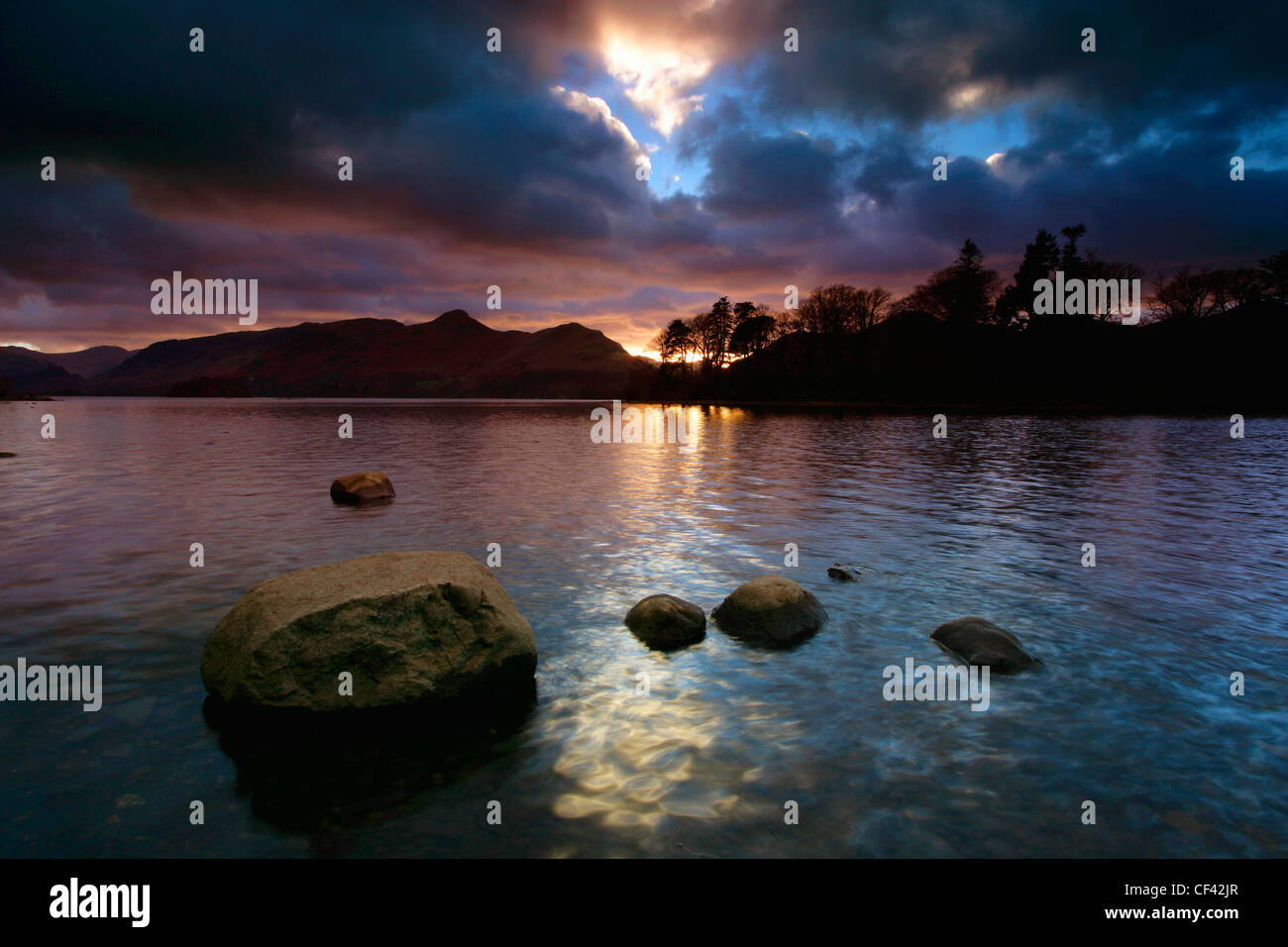 Coucher de soleil sur Derwent Water dans le Lake District. Photo Stock