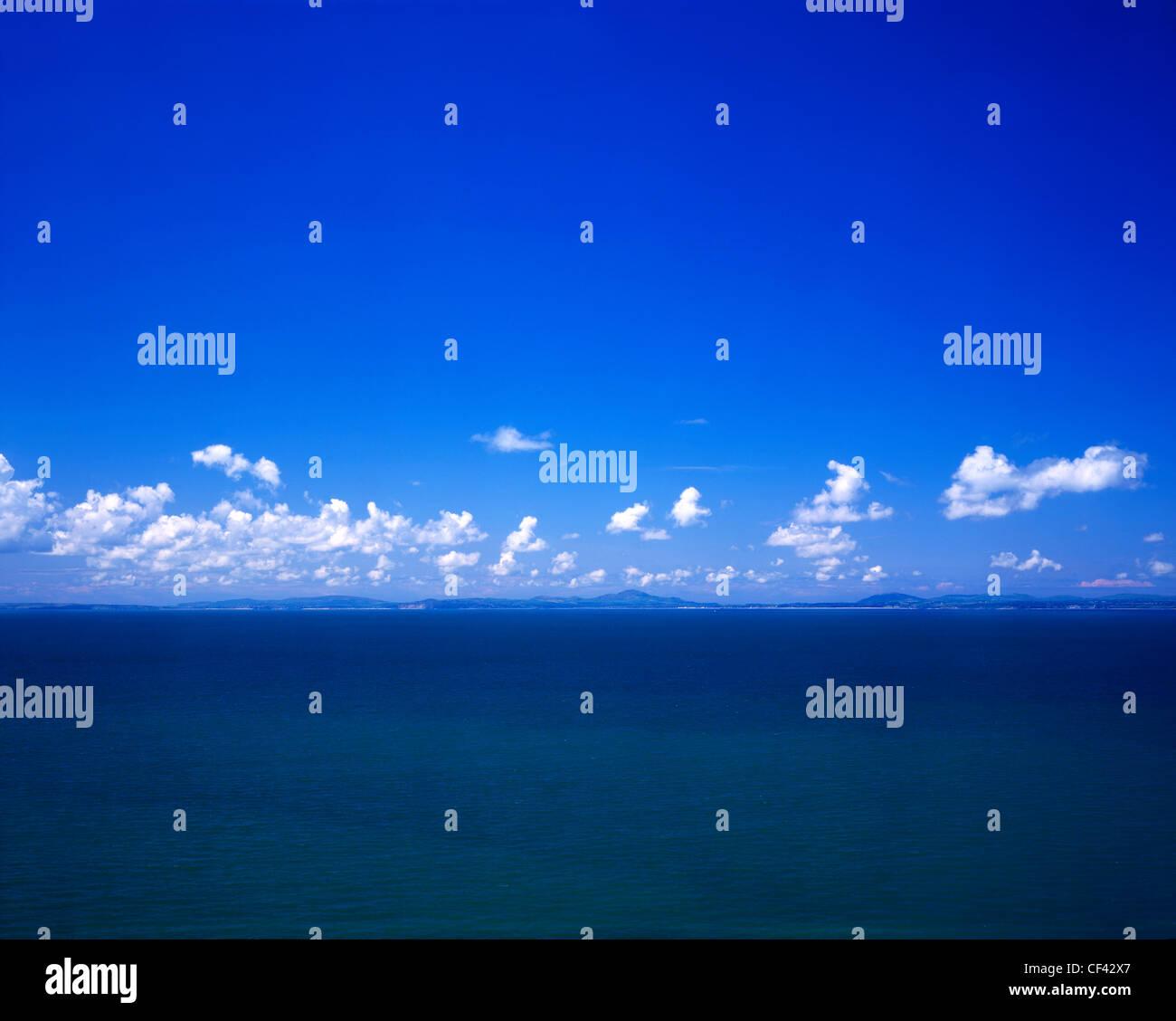 Une ligne de nuages se forment le long de l'horizon au-dessus des collines de la péninsule de Lleyn. Photo Stock