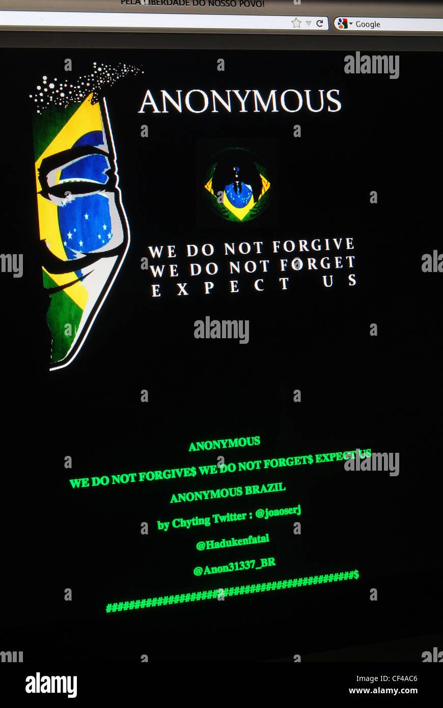 L'écran des messages sur un site piraté par dans le monde entier groupe hacktiviste Anonymous Photo Stock