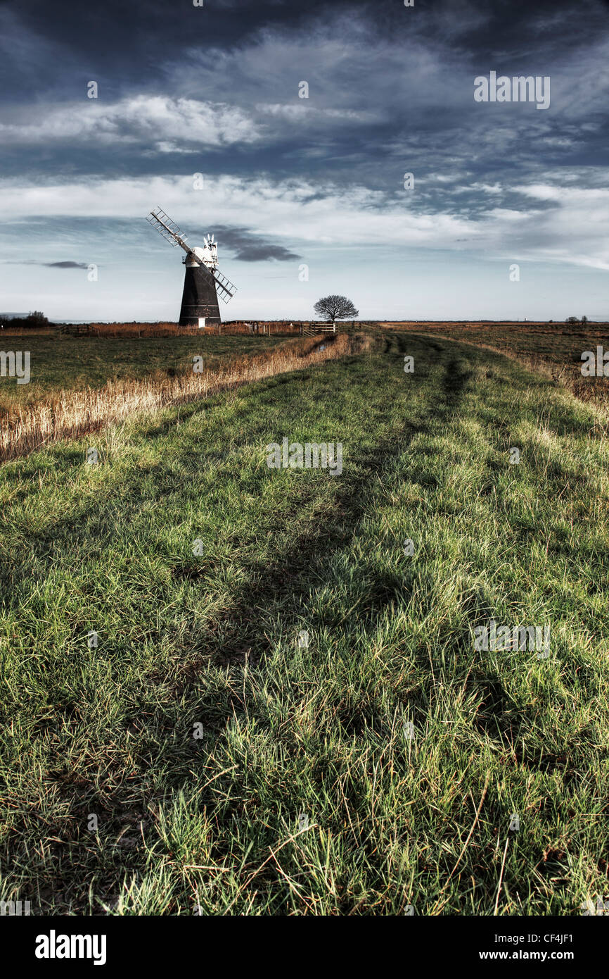 Une piste menant à moutons moulin sur le Marais Halvergate à Norfolk. Photo Stock
