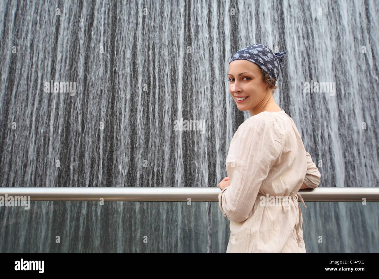Jeune beauté femme en chemise blanche, debout près de grande fontaine et à l'arrière, moitié du corps Banque D'Images