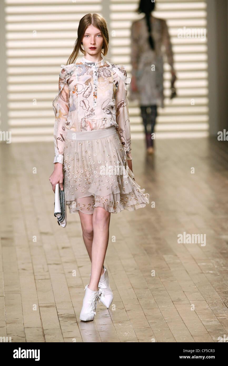 Chloe Paris Prêt à Porter Automne Hiver mannequin portant un chemisier à motifs  floraux en mousseline dbe95d54b12