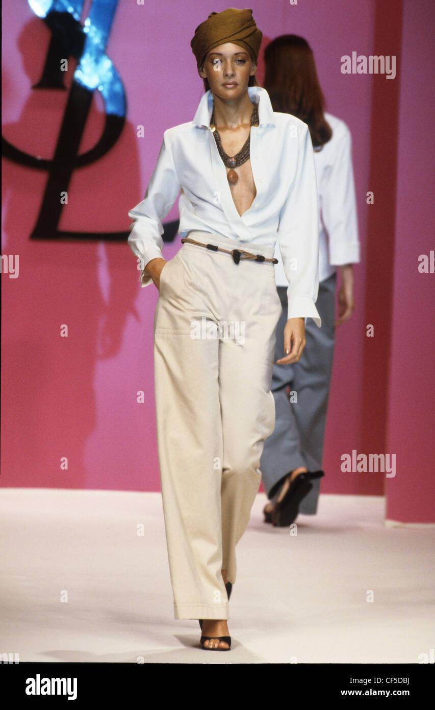5d5f5b803d Yves Saint Laurent Printemps Été femme portant une chemise blanche ...