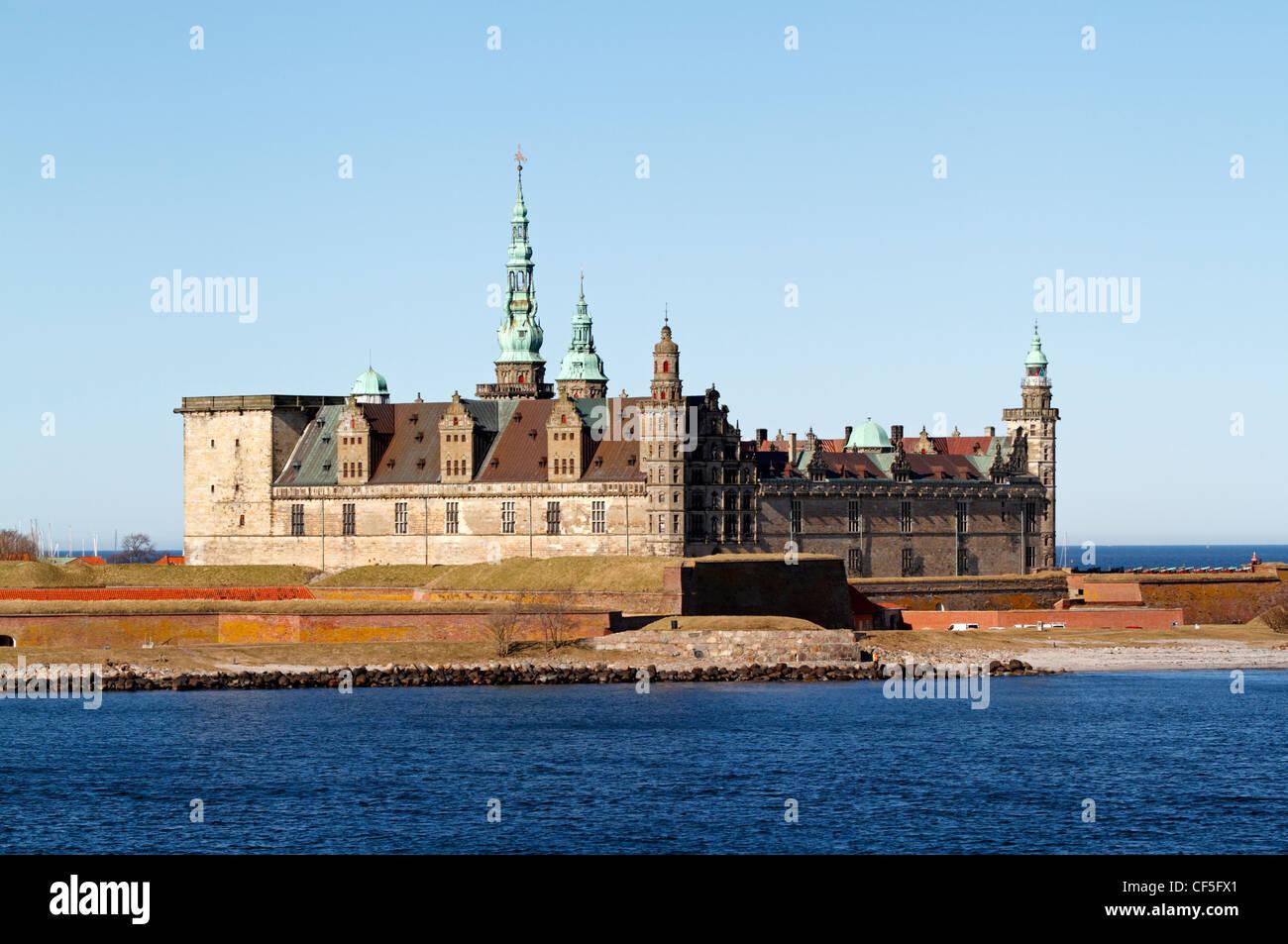 Le château renaissance de Kronborg néerlandais Elseneur, Danemark, vu depuis le pont Oresund, le son, sur une journée de printemps ensoleillée. Banque D'Images