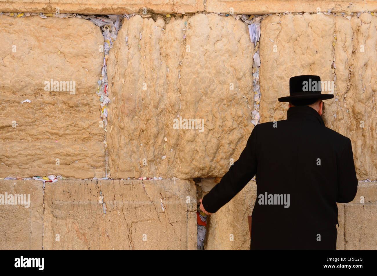 Un Juif hassidique prie au Mur des lamentations, dans la vieille ville de Jérusalem, Israël. Photo Stock