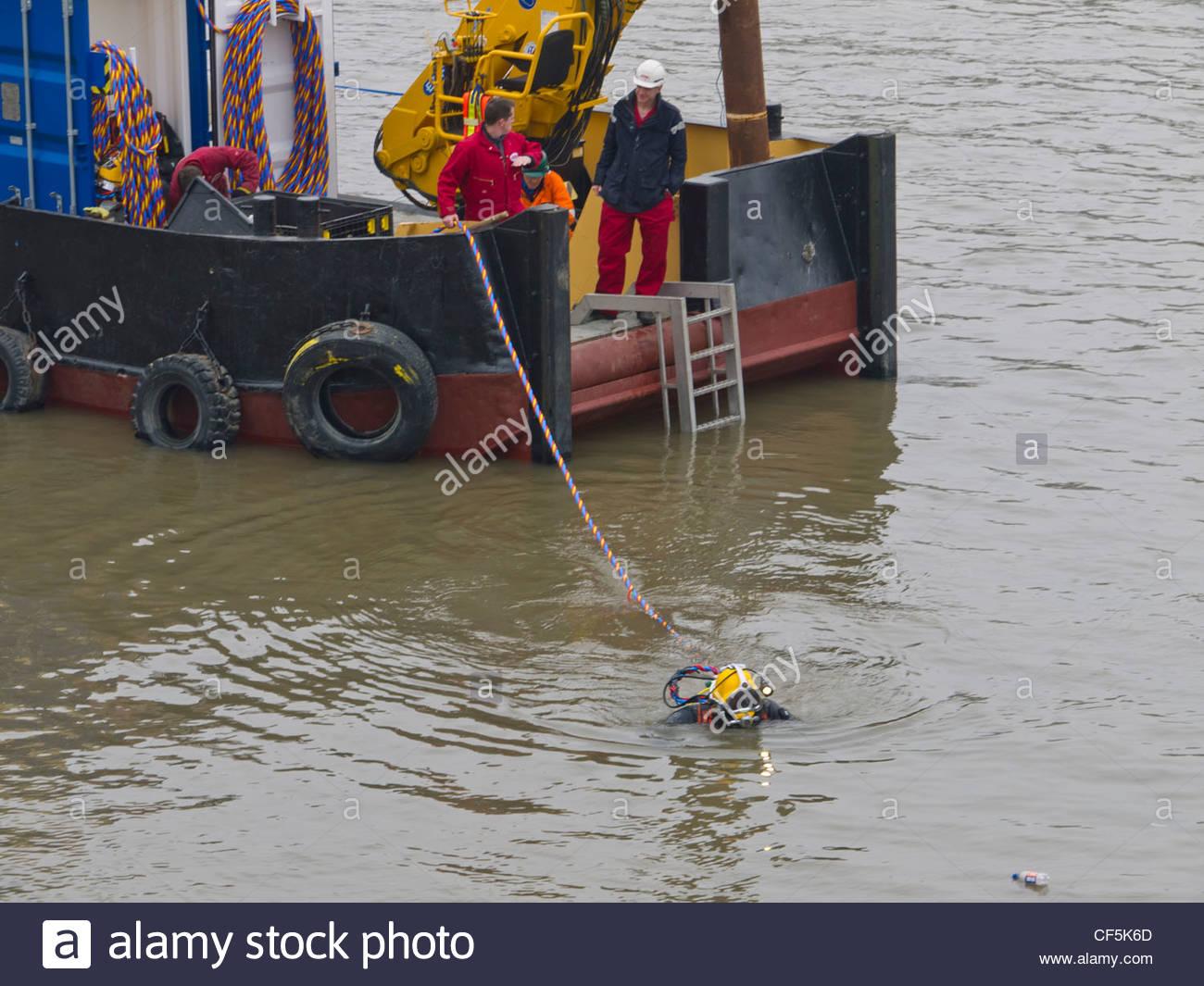 Plongeur travaillant dans la rivière Thames, London Photo Stock