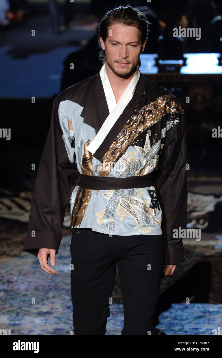 Vêtements pour homme Roberto Cavalli W Milan un homme blond foncé peignés  cheveux retour portant Photo 04e0dac84cf2