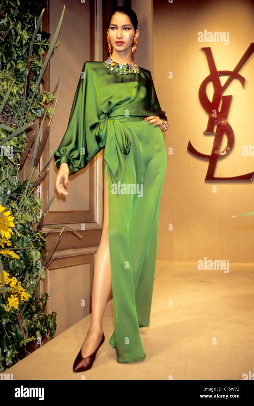 4c54981703cf Yves Saint Laurent Automne Hiver Femme porter robe verte en satin avec  split cuisse
