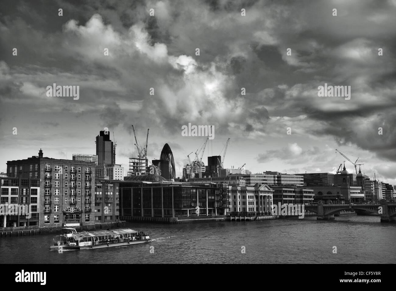 Vue sur la Tamise vers iconic London landmarks, 'the Gherkin and Tower 42, (anciennement connu sous le nom de Photo Stock