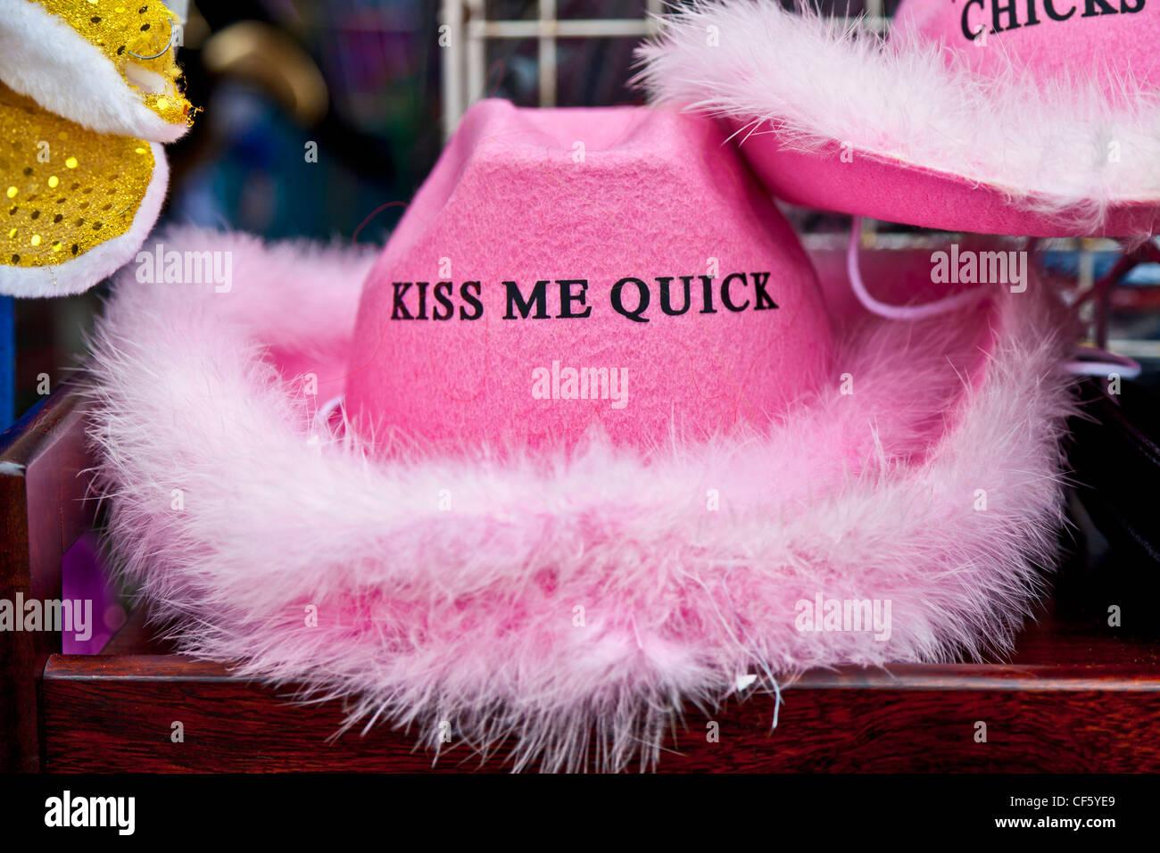 Une rose Kiss me Quick hat à vendre sur le front de mer de Blackpool. Photo Stock