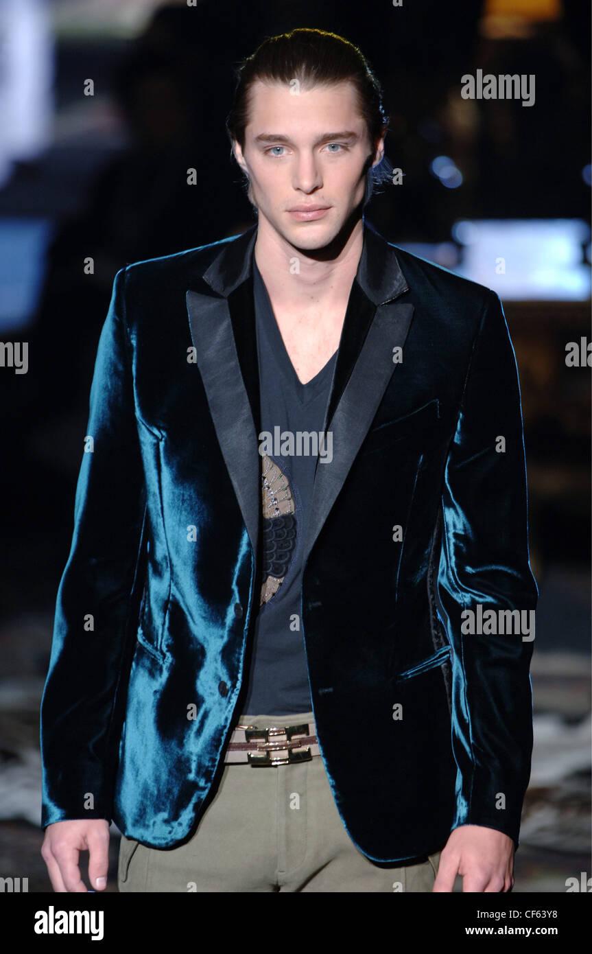 Vêtements pour homme Roberto Cavalli W Milan un homme blond foncé peignés  cheveux retour vêtu Photo 2183b459fa9c
