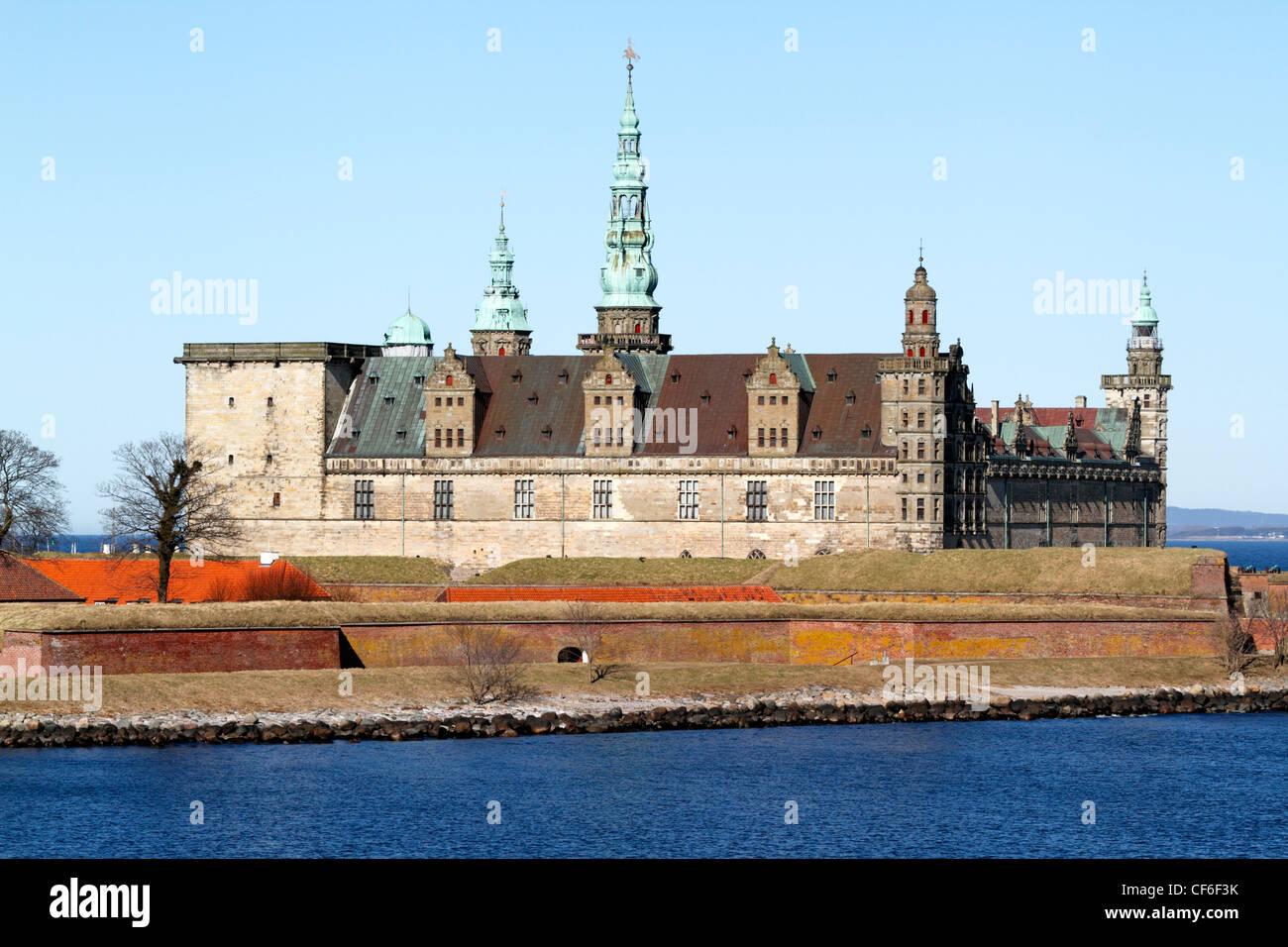 Le château renaissance de Kronborg à Elseneur (Helsingør, Danemark), vu depuis le pont Oresund (le son) sur un jour de printemps ensoleillé. Banque D'Images