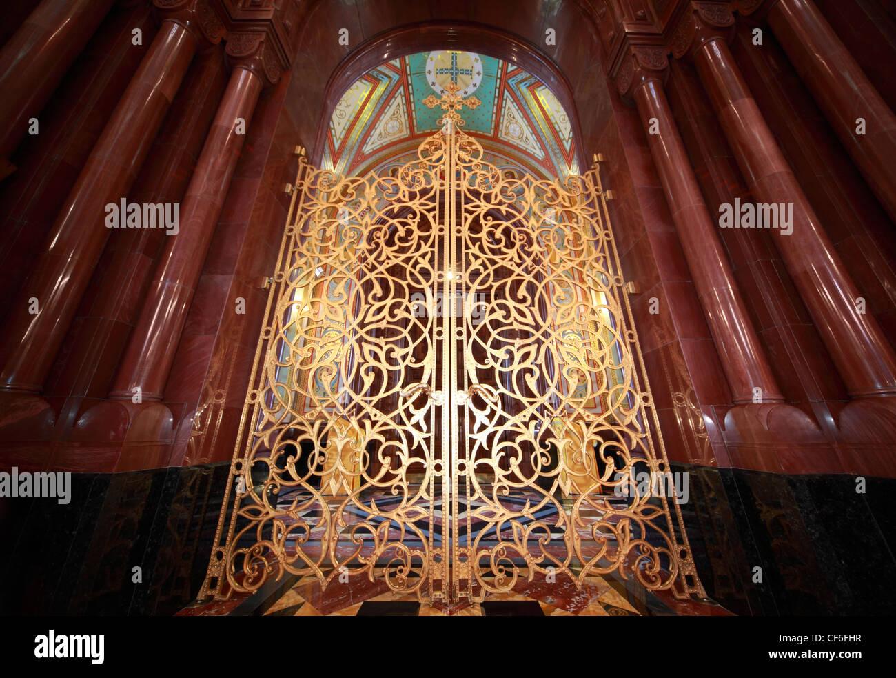 L'intérieur de porte doré à motifs Cathédrale du Christ Sauveur à Moscou, Russie Photo Stock