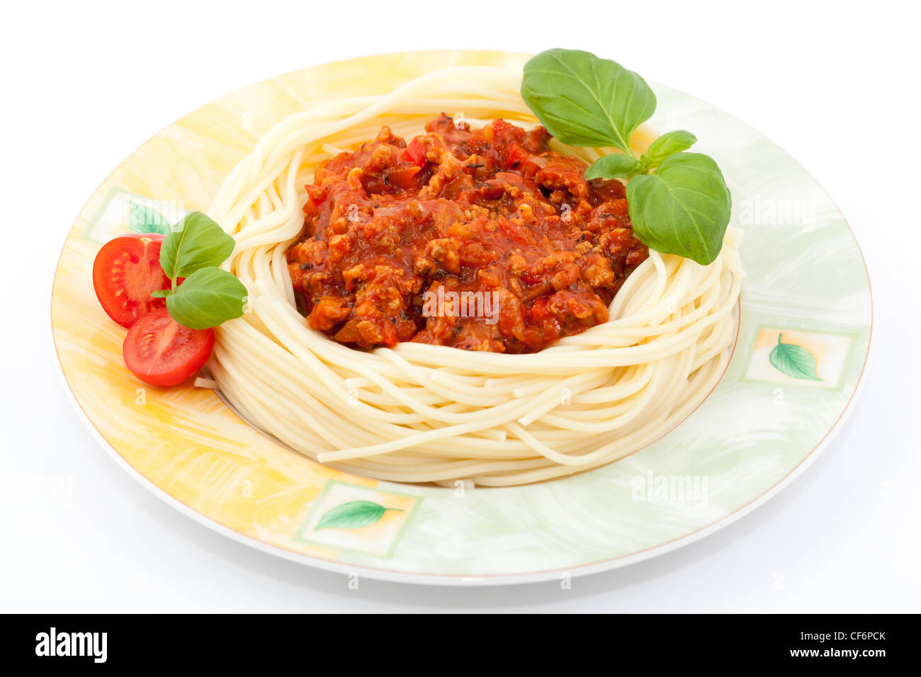 Des pâtes avec sauce tomate et basilic frais Photo Stock