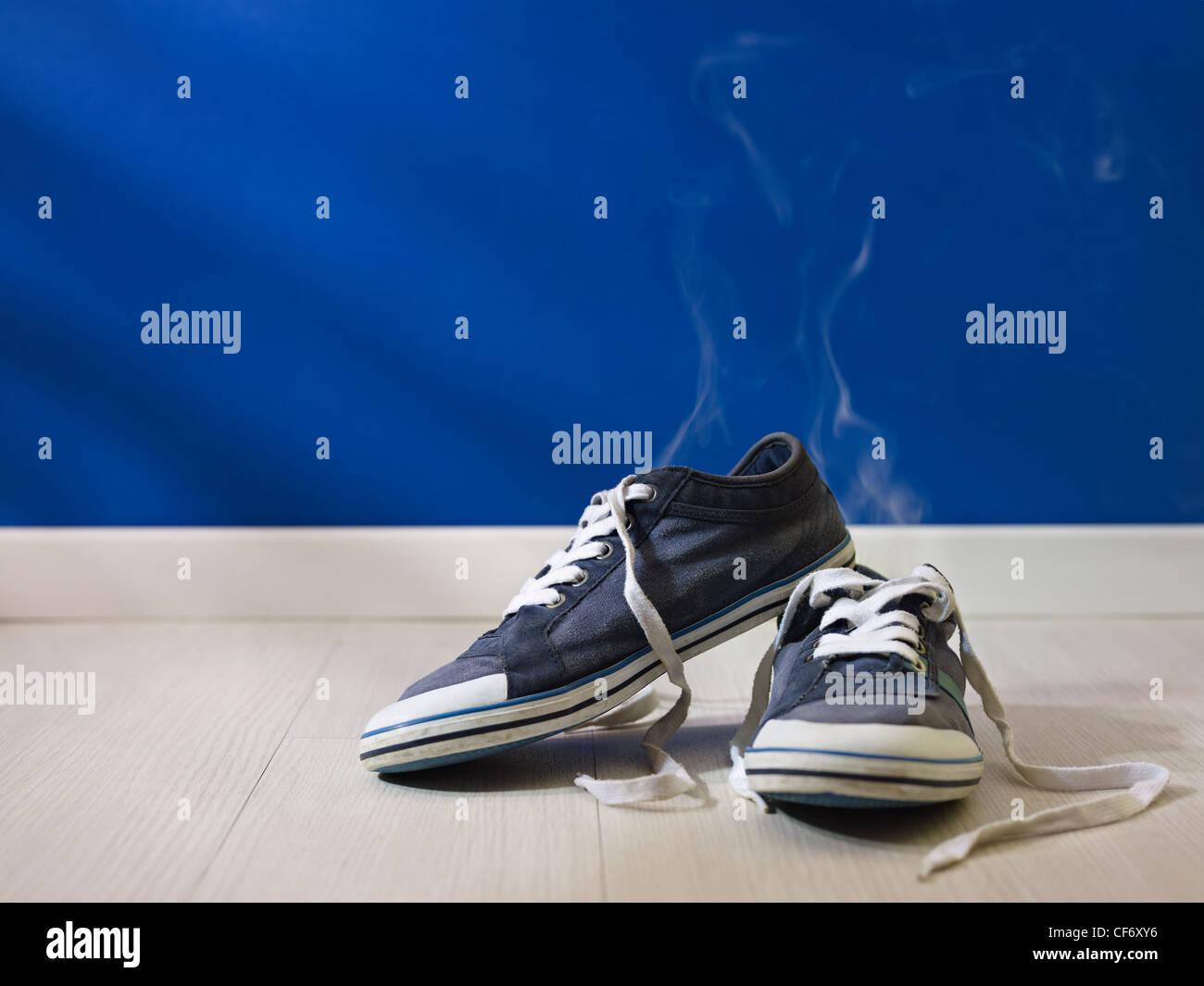 La transpiration des pieds coup concept: Mauvaise odeur provenant de vieux et sale shoes Photo Stock