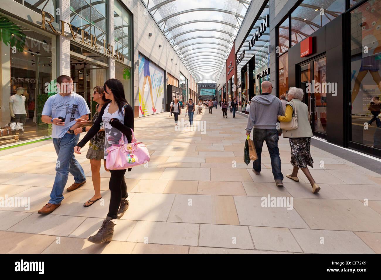 Les gens qui marchent à Trinity à pied de Wakefield, nouveau centre commercial. Photo Stock