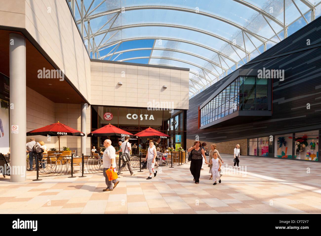 Les gens à pied par le café Costa, à Trinity à pied de Wakefield, nouveau centre commercial. Photo Stock