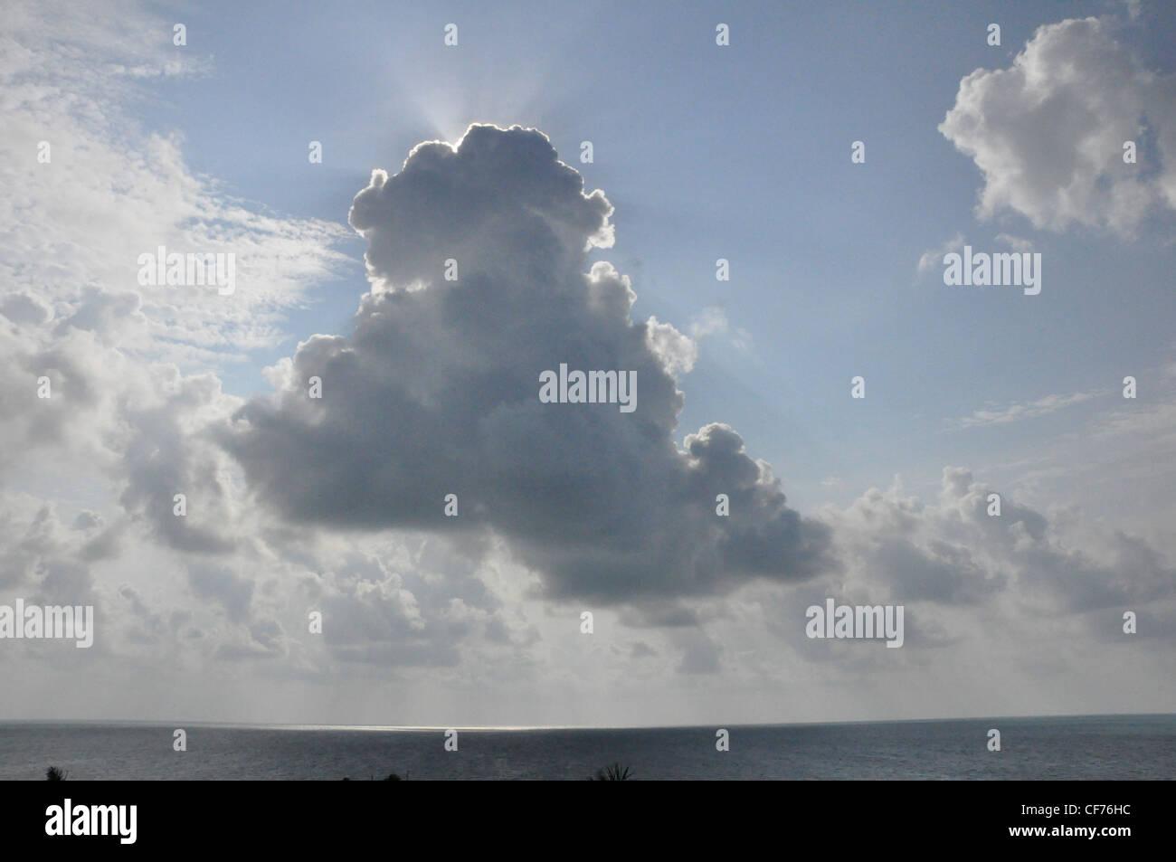 Soleil d'été soleil et nuages pastels optimistes Photo Stock
