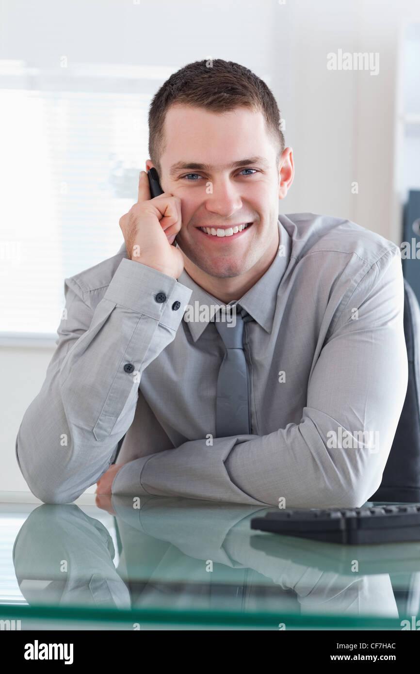L'obtention d'un homme d'appel agréable Photo Stock