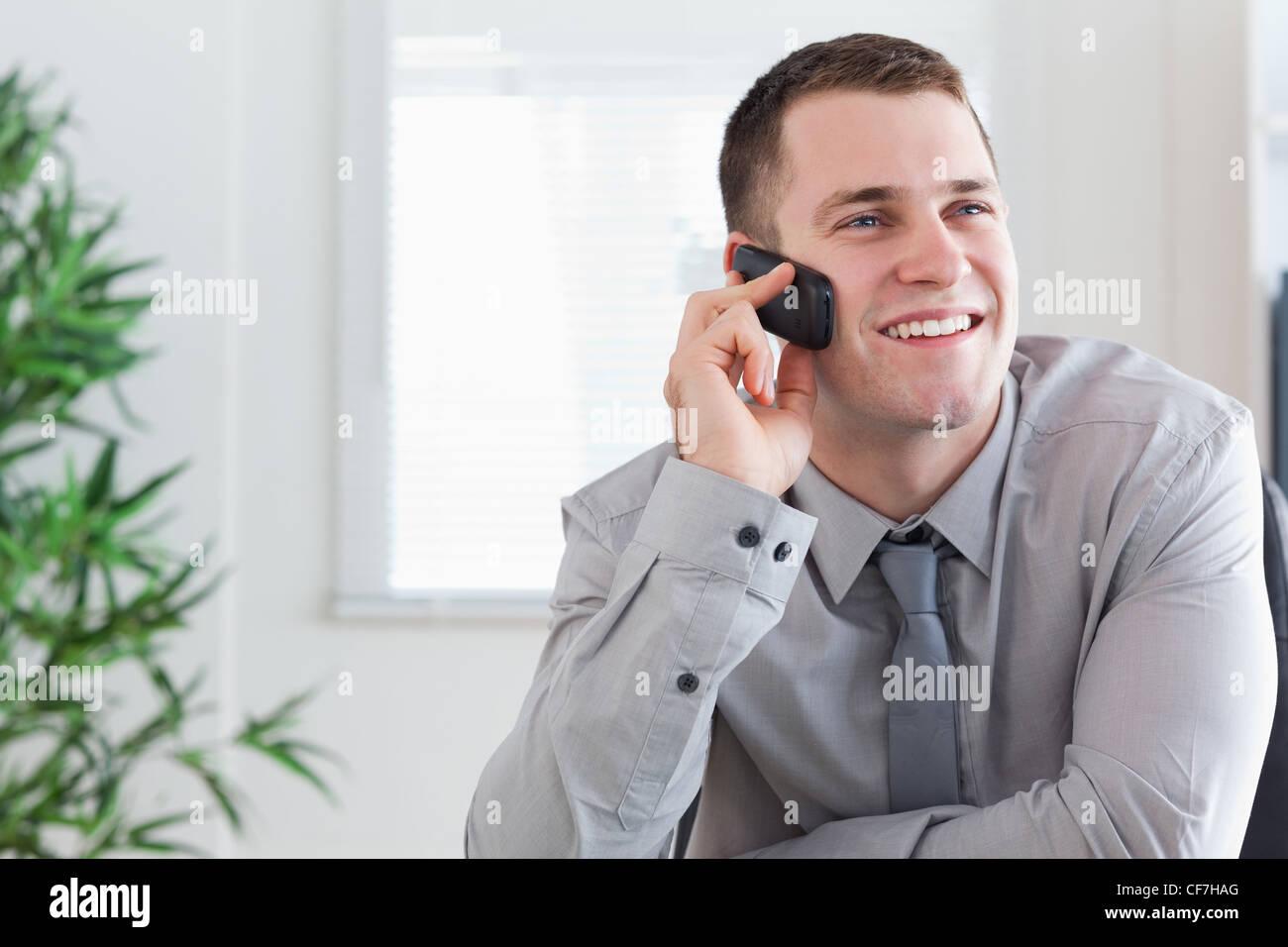 L'obtention d'un homme d'appel agréable sur son mobilephone Photo Stock
