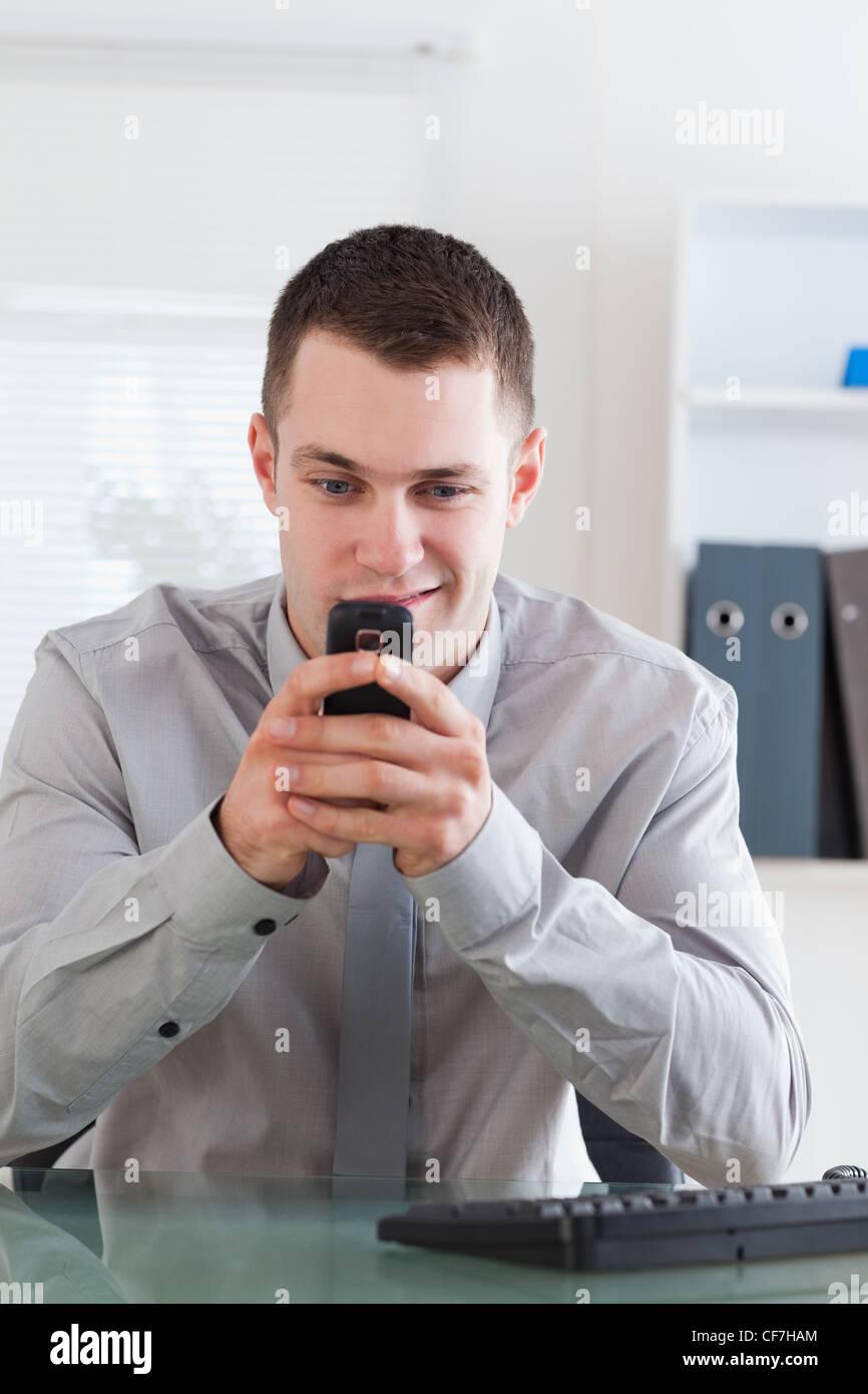 Businessman getting un agréable message texte Photo Stock