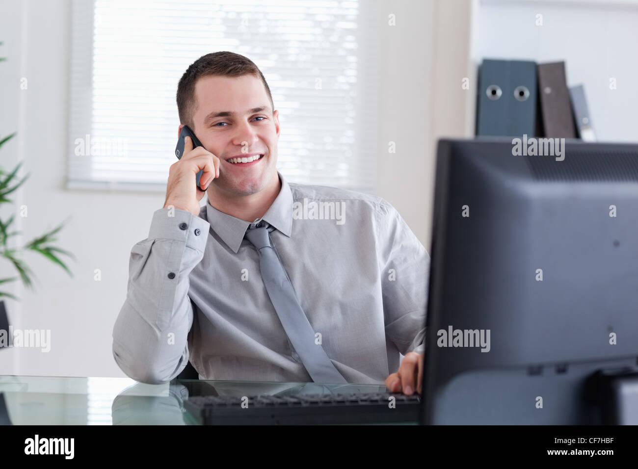 Happy businessman obtenir appel agréable Photo Stock