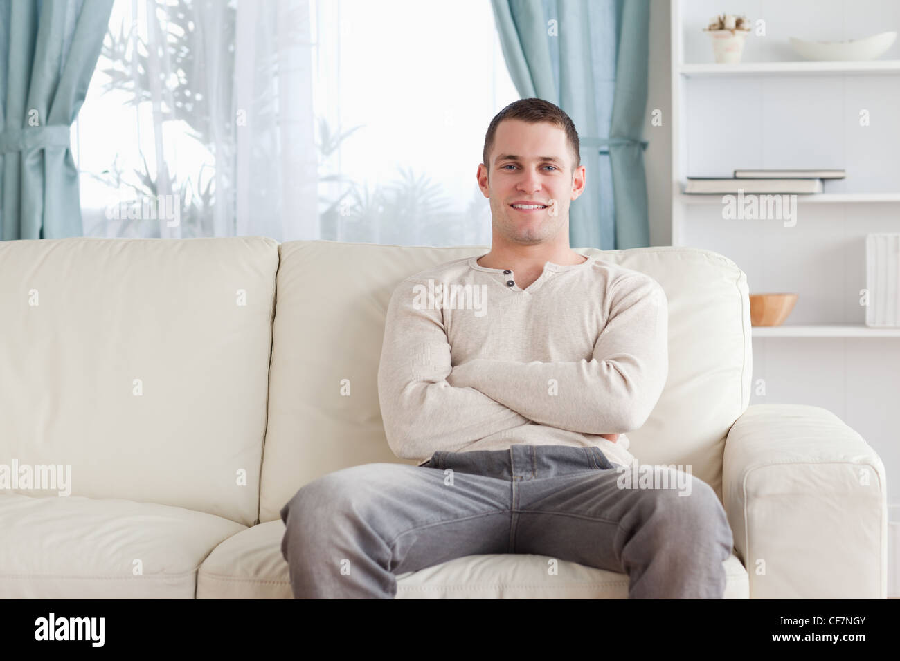 Homme assis sur un canapé Banque D'Images