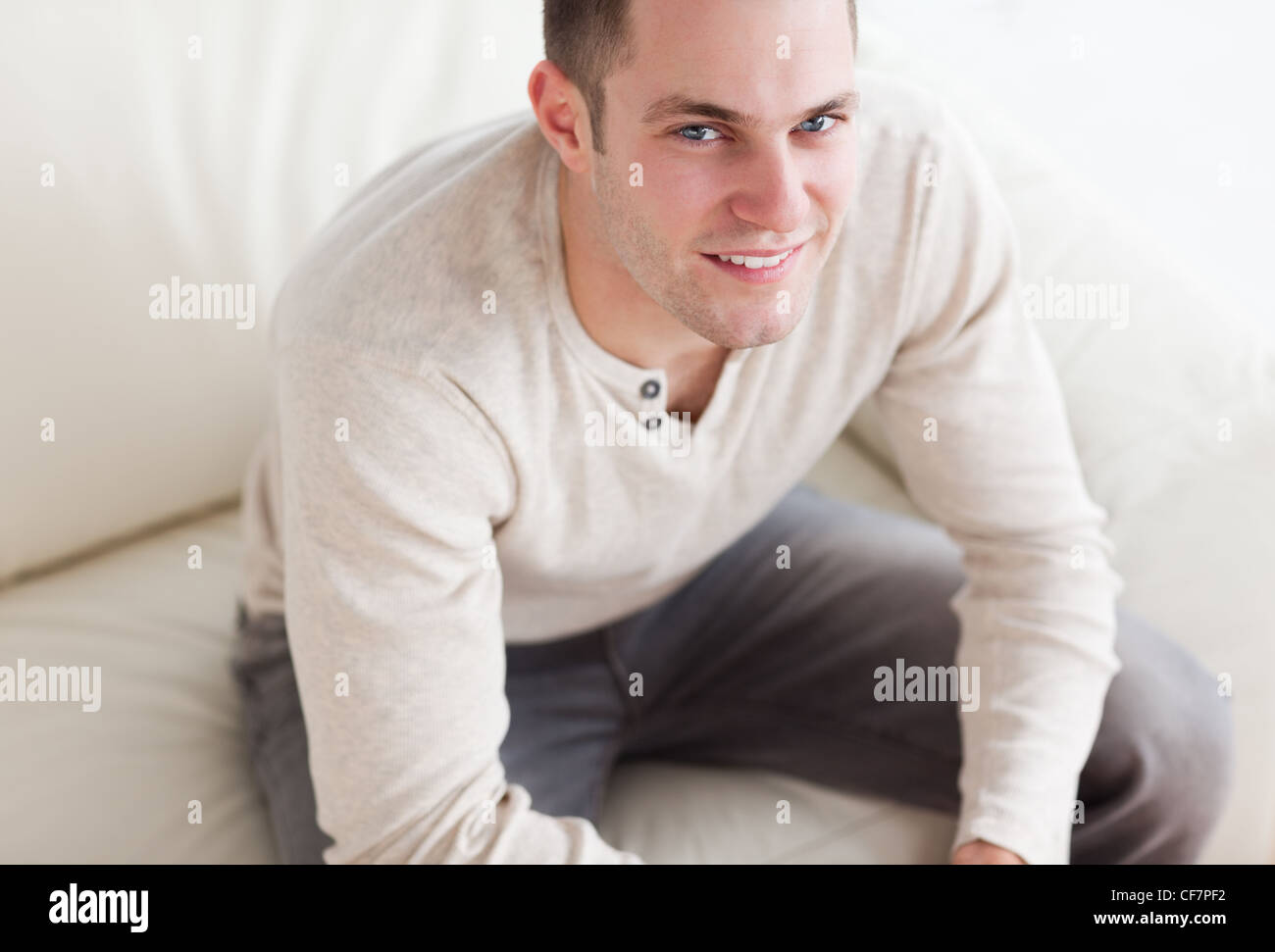 Handsome man sitting on a couch Banque D'Images