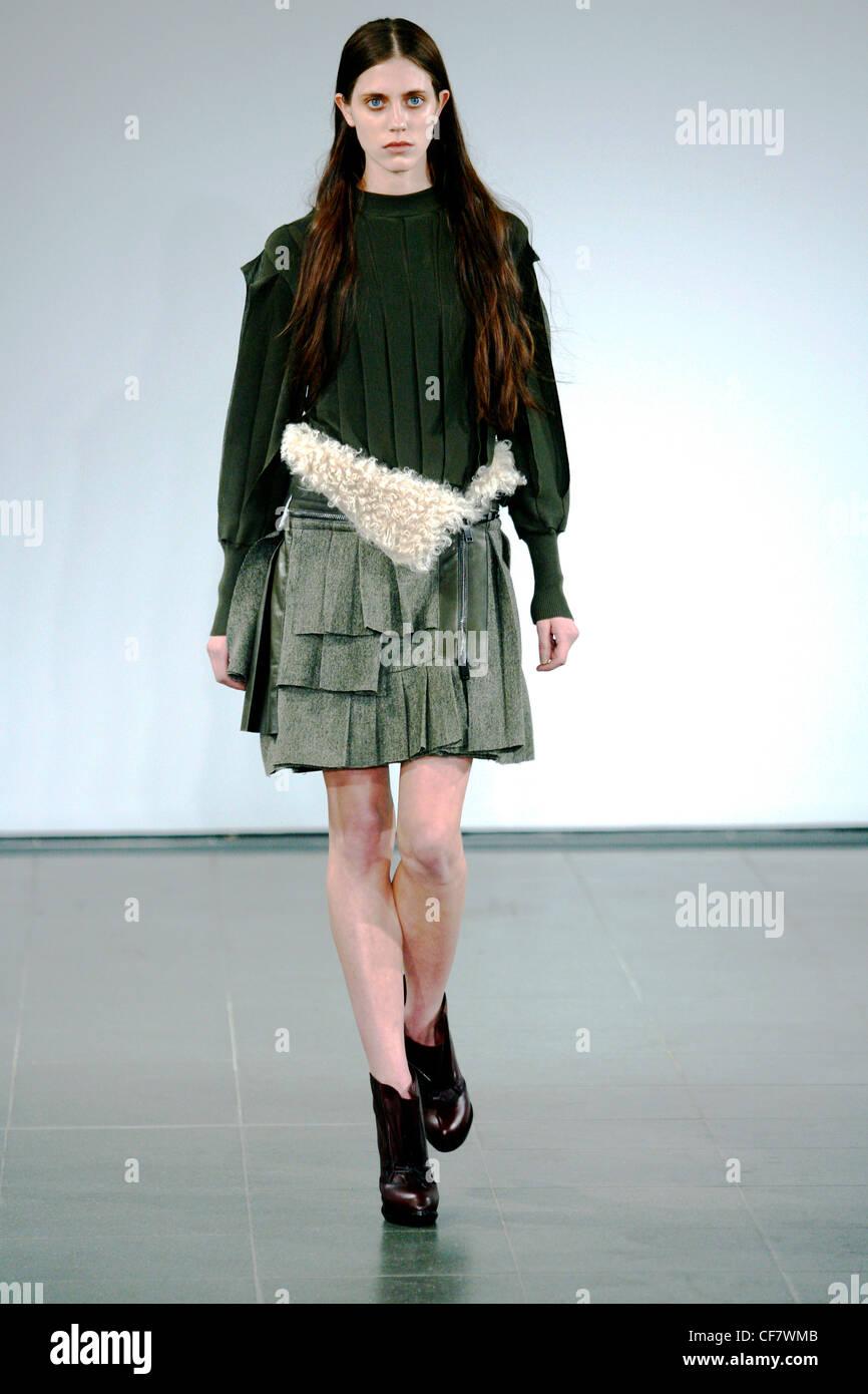 Pringle Londres Prêt à Porter Automne Hiver chemisier plissé vert vert, une jupe  plissée en 62cc0a78242