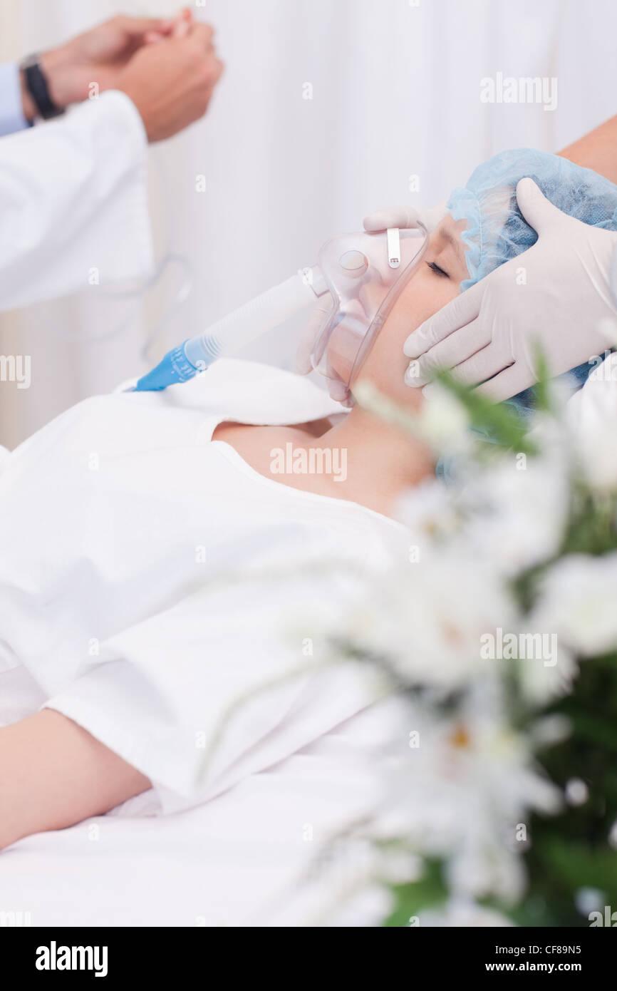 Femme de l'unité des soins intensifs Photo Stock