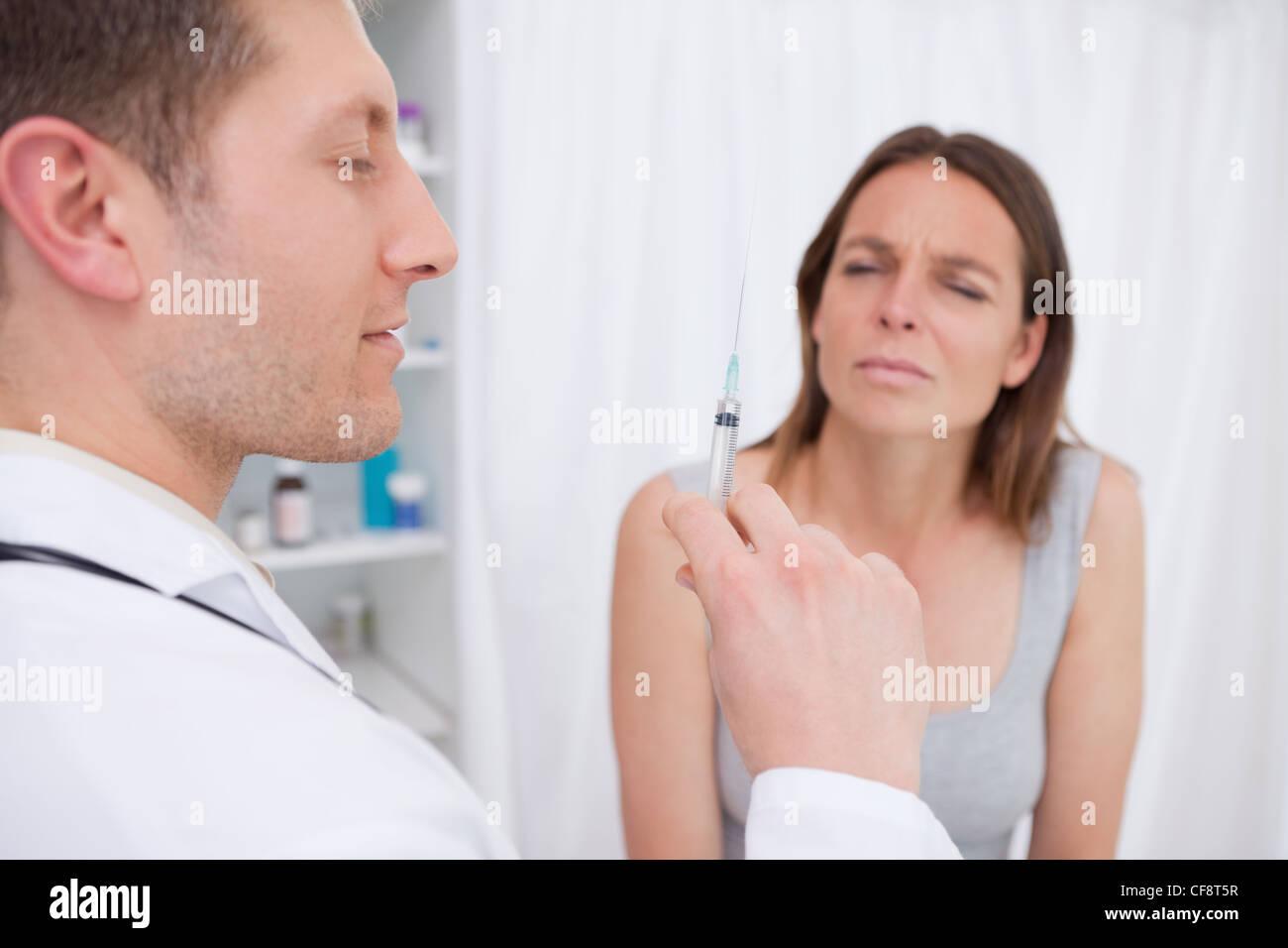 Médecin à propos d'administrer une injection Photo Stock