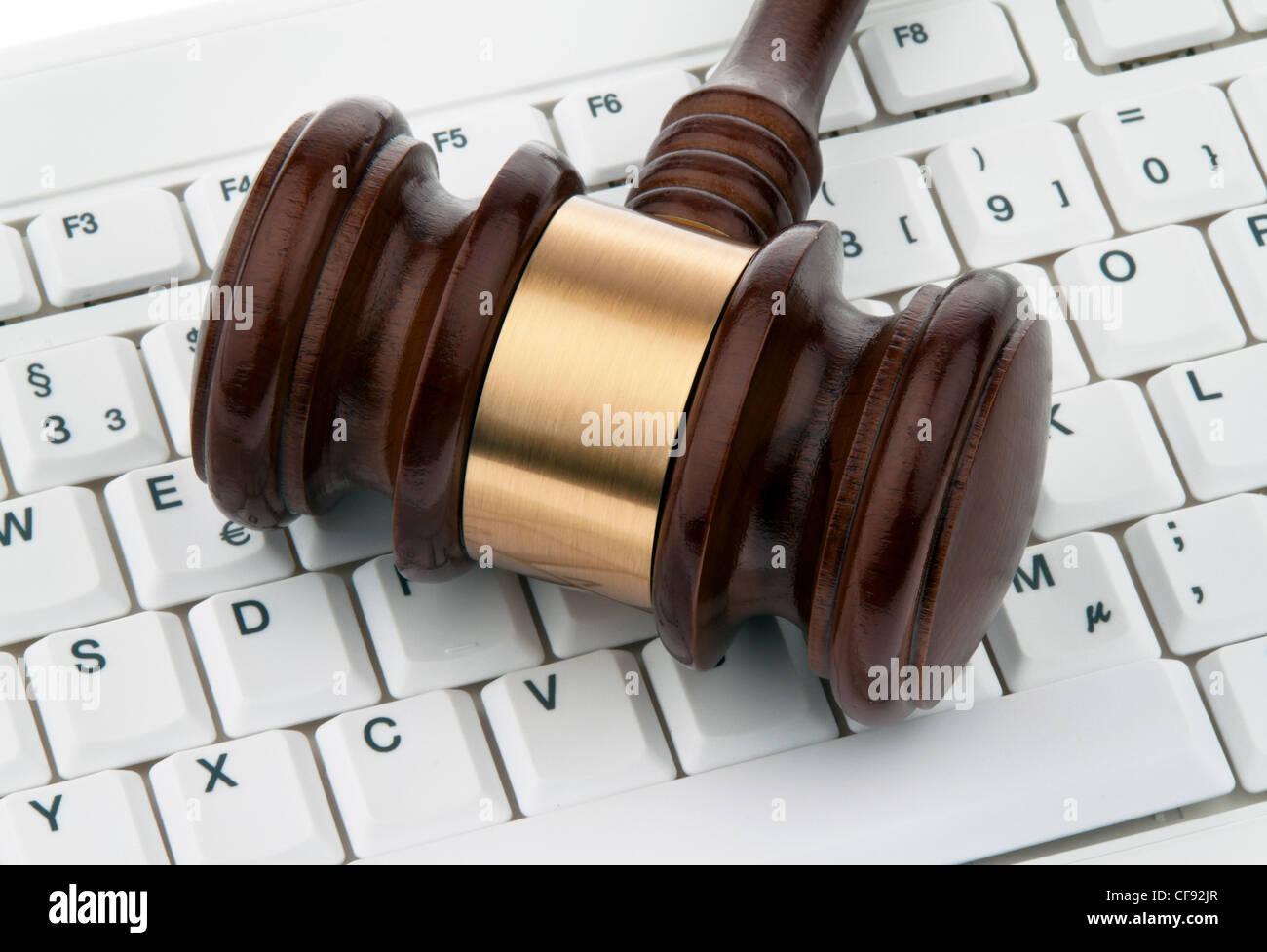 Gavel et clavier. sécurité juridique sur l'internet. webauktionen. Photo Stock