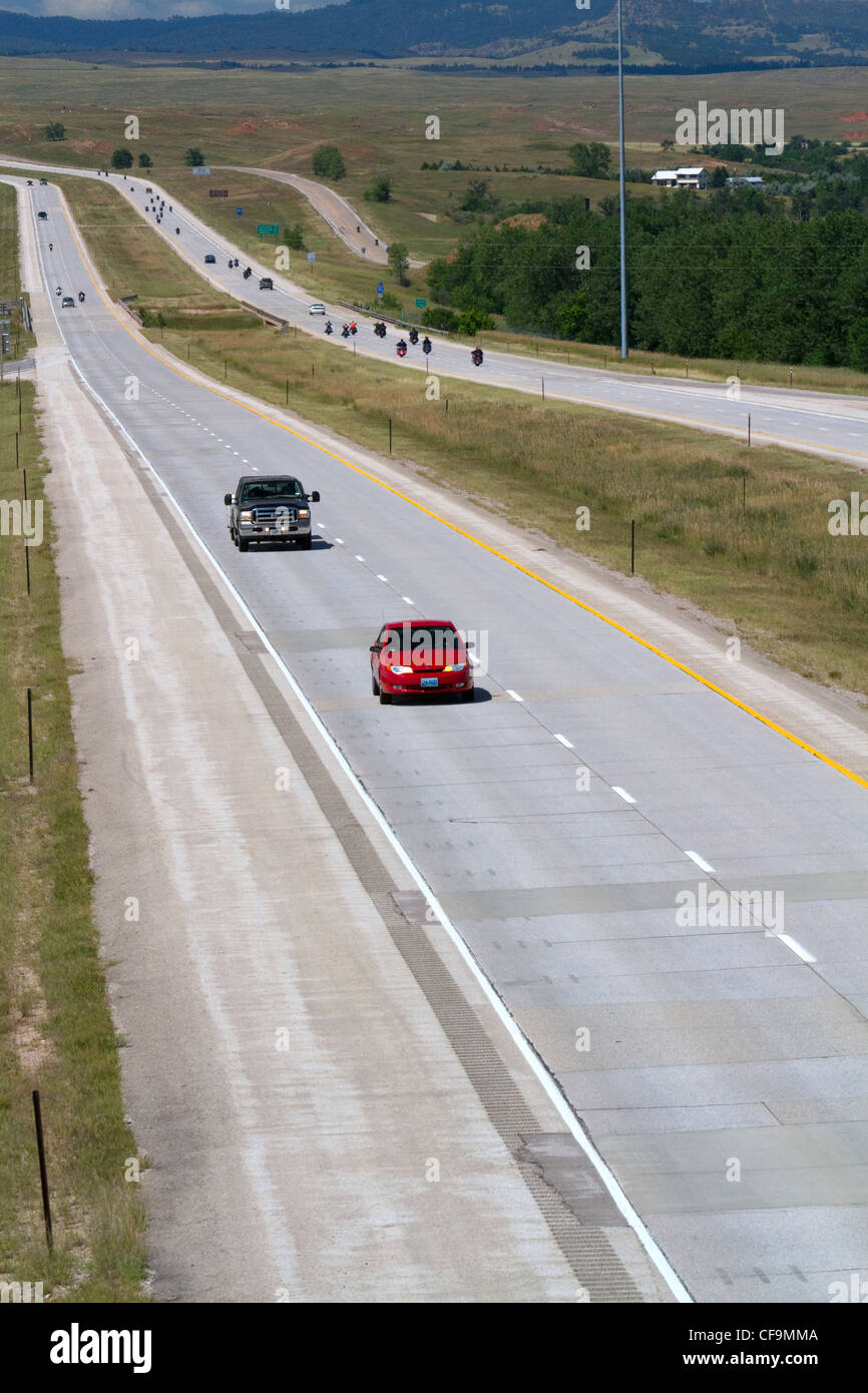 Les motos et les automobiles billet sur la I-90 West de Spearfish, dans le Dakota du Sud, USA. Photo Stock