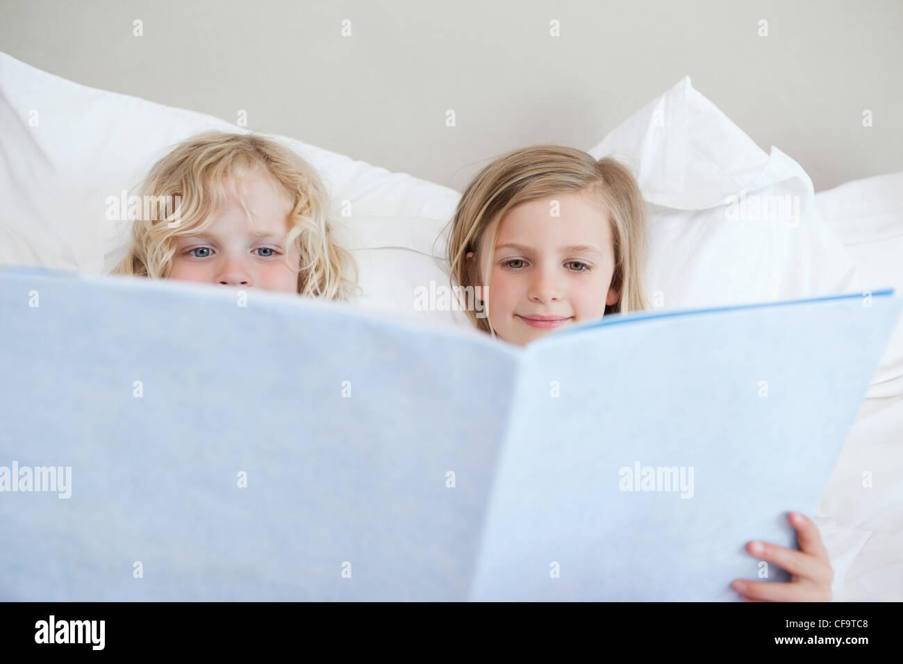Histoire avant la lecture des frères et sœurs Photo Stock